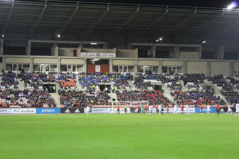25cbbf3e70cd3 Fiesta del fútbol base riojano en el España-Dinamarca   Alrededor de 4.500  personas del fútbol base de los clubes riojanos dieron un colorido  extraordinario ...